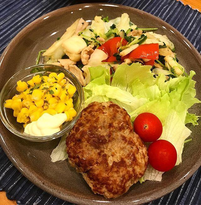 夜遅いので野菜炒めと冷凍つくりおきのハンバーグ! #ハンバーグ #肉 #野菜炒め #夕食 #晩御飯 #おうちごはん #料理 #クッキングラム #自炊記録 #ワンプレート