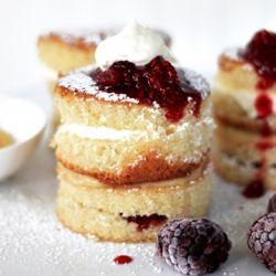 Victoria sponge cakes | Mini sponge cakes filled with berries and fresh cream