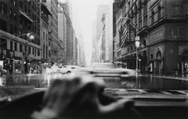 Drive-By Shootings: Photography by David Bradford. Tremendo libro de este fotógrafo-taxista realizado mientras conducía su taxi por la ciudad de Nueva York...ideal para impregnarse del sabor de la ciudad