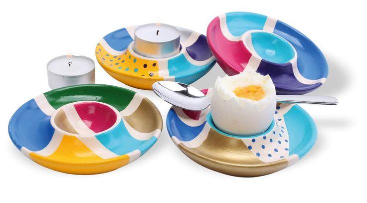 Med malertape og porcelænsmaling er det sjovt at dekorere disse æggebægre med fine mønstre. Æggebægrene får skarpe mønstre i flotte farver, teknikken er sjov, og de vil gøre lykke og pynte på ethvert bord.