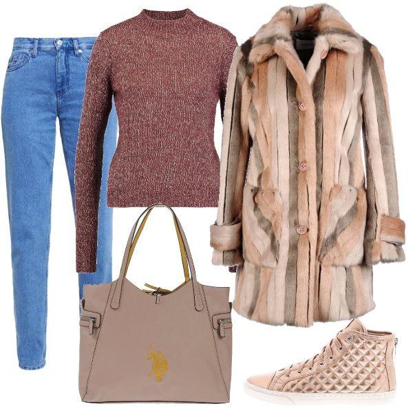 Outfit con pochi pezzi speciale, jeans baggy, arrotolati sulle sneakers rosa-dorate, maglioncino spruzzato e finta pelliccia nei colori rosati, borsa grande.