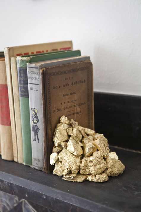 "Rustic gold Bookends using gold spray paint on some and gilding on others. (Translate in Chrome by ""right clicking"" and choosing ""translate to English"". Hot glue them in the corner of a box to hold the shape until they dry."