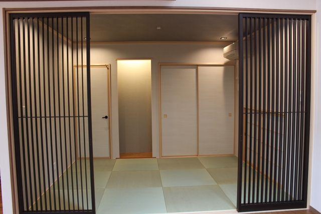 住む人の安心と安全を守る家作り地震大国日本に住む私たちは、常に地震に対する備えをしておく必要があります。A様邸は、耐震等級3の構造で地震に強いお住まい。毎日の生活に安心と安全をご提供します。また、広く開放感のあふれるリビングは、ご家族の皆様がくつろいで団らんしていただける場。天井は吹き抜けとなっており、自然な光が多く差し込みます。キッチンは人気のアイランドキッチンを採用。お料理される方だけでなく、ご家族の皆様、また遊びにいらっしゃったお友達などが気