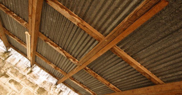 ¿Qué tipo de sellador de techo necesito para sellar los agujeros de los clavos en un techo de chapas?. Antes de la introducción de los tornillos confiables para techos, los techos de metal se adherían con clavos. Debido a que el metal se expande y se contrae con los cambios de temperatura, con el tiempo los clavos comienzan a salirse de sus agujeros y los agujeros se vuelven más grandes. La mejor manera de actualizar un techo de chapas es ...