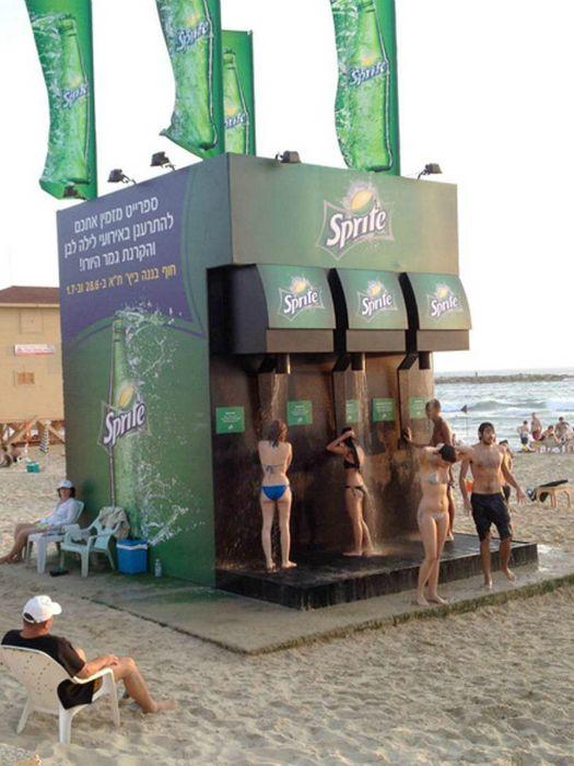 Открытые душевые на городском пляже от Sprite.