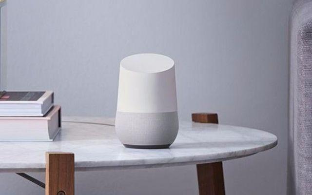 Google Home, l'assistente da salotto un po' impiccione Dal punto di vista delle funzionalità, sono attratto dagli assistenti hardware da salotto come Alexa di Amazon, o Home di Google. Trovo che possa essere utile che la casa, in qualche modo, ci ascolti #googlehome #gadget #privacy