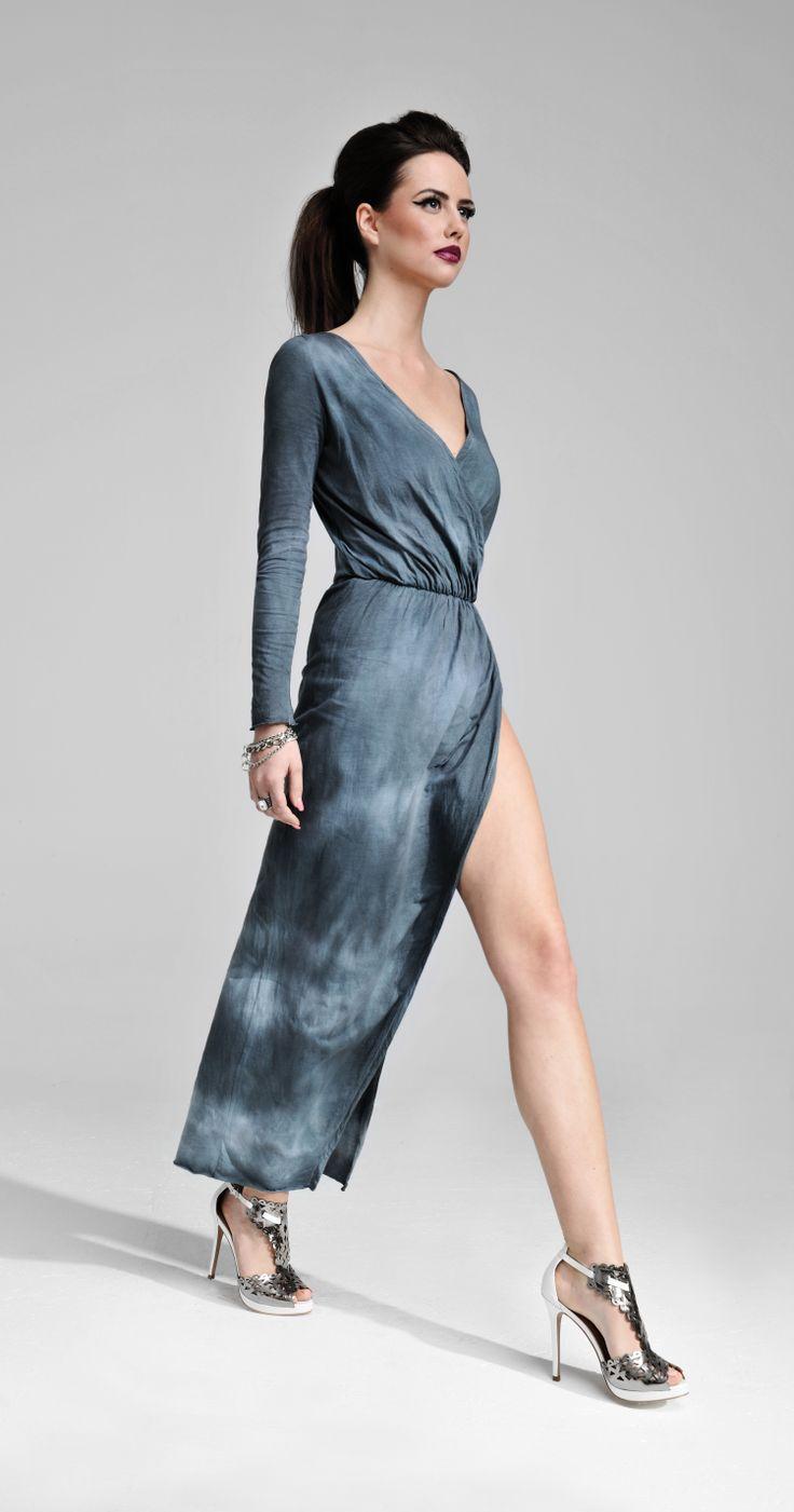Ręcznie farbowana sukienka to doskonały przykład połączenia elegancji i ekstrawagancji. Ściągacz w talii idealnie eksponuje sylwetkę. Uwagę zwraca również efektowne, duże rozcięcie na dole.  #MODLISHKA