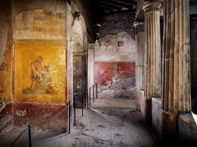 Casa del Menandro, Pompei. Sulla parete esterna di una delle nicchie dipinte del peristilio è raffigurato il commediografo greco Menandro, cui si deve la denominazione della casa.