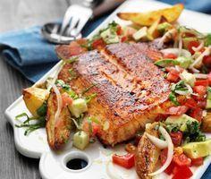 En otroligt god variant på lax får du om du gnider in fisken med kryddor innan den halstras i stekpannan, för att sedan avslutas i ugnen. Resultatet blir saftigt och kryddigt! Den smakrika salladen med bland annat avokado, silverlök och basilika är ett utmärkt tillbehör i denna måltid.
