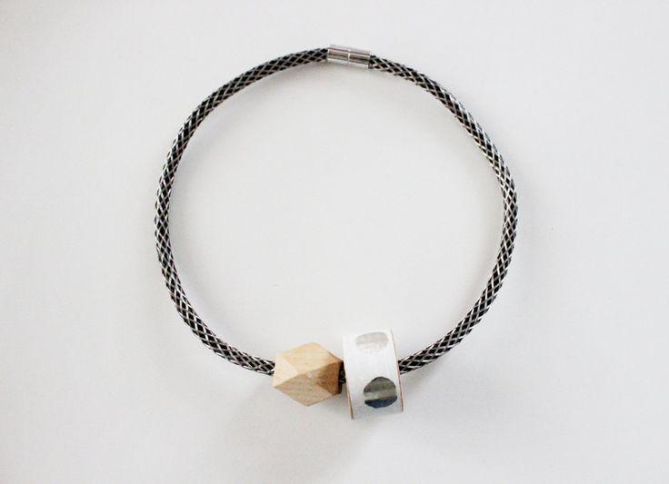 Collana 1001 con cavo elettrico nero e dettagli in rete metallica color argento, decoro in legno rivestito di carta da parati iridescente! di IlluminoHomeIdeas su Etsy