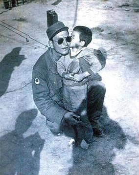 Found her in the woods almost freezing to death after their village got bombed killing her parents in the Korean War 1950's this Turkish soldier looked after this little Korean girl for 14 months. Later they found each other after 60 years!