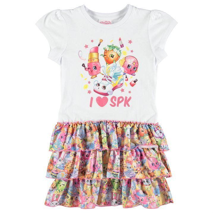 Shopkins mekko Katsasta tämä tyttöjen suloinen Shopkins mekko, jossa on rimpsuhelma, lyhyet hihat ja kaikkien heidän lempi Shopkins hahmojen printti edustassa. Paikoillanne, valmiit, shoppailemaan!