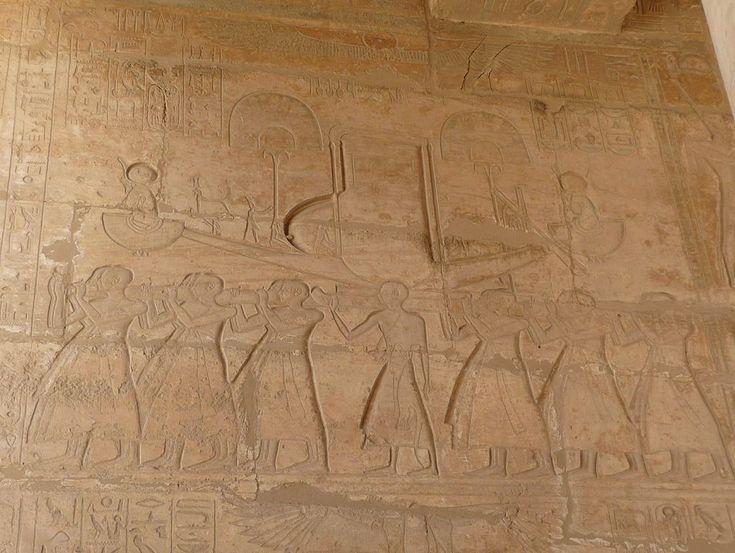 Los templos egipcios fueron construidos para el culto oficial de los dioses y la conmemoración de los faraones del Antiguo Egipto en las regiones bajo su dominio. Los templos eran vistos como el hogar de los dioses o faraones deificados a quienes eran dedicados y en ellos los faraones y el clero egipcio llevaban a cabo diversos rituales, las funciones centrales de la religión egipcia: realizar ofrendas a sus dioses, recrear pasajes mitológicos a través de festivales y protegerse de las…
