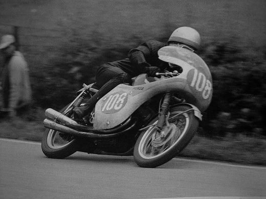 上と同じドイツGPのカット。 マシンは250cc4気筒のRC161 この時のレースで日本人初の世界GP表彰台に立つこととなる!!