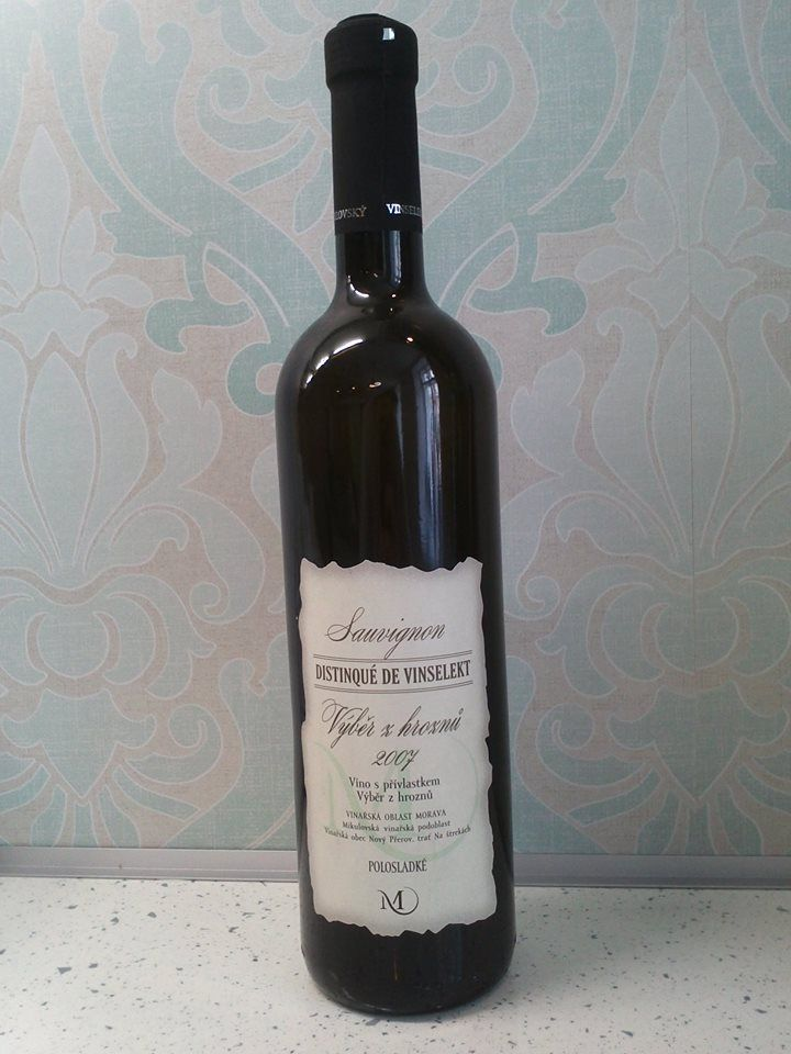 SAUVIGNON 2007 víno s přívlastkem výběr z hroznů, polosladké Buket kandovaného manga, sušených rozineka šalvěje je v chuti doplněn příjemnými projevy tropického ovoce a čerstvého lučního medu. Stylově doprovazí gratinovanou brokolici s těstovinami. Výborný je rovněž k polotvrdým sýrům parmazanového typu- Grand Moravia. Podáváme: 10 – 12 ºC Uchováváme: 12 – 14 ºC