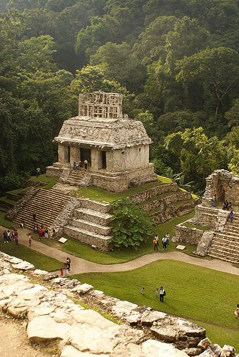 El Templo del Sol perteneciente a la cultura maya dentro del Palenque, zona arqueológica, en Chiapas, México