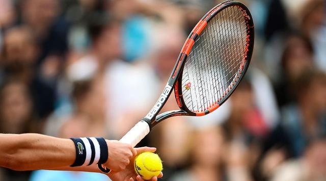 En plein ébat, un couple perturbe une match professionnel de tennis (VIDÉO)