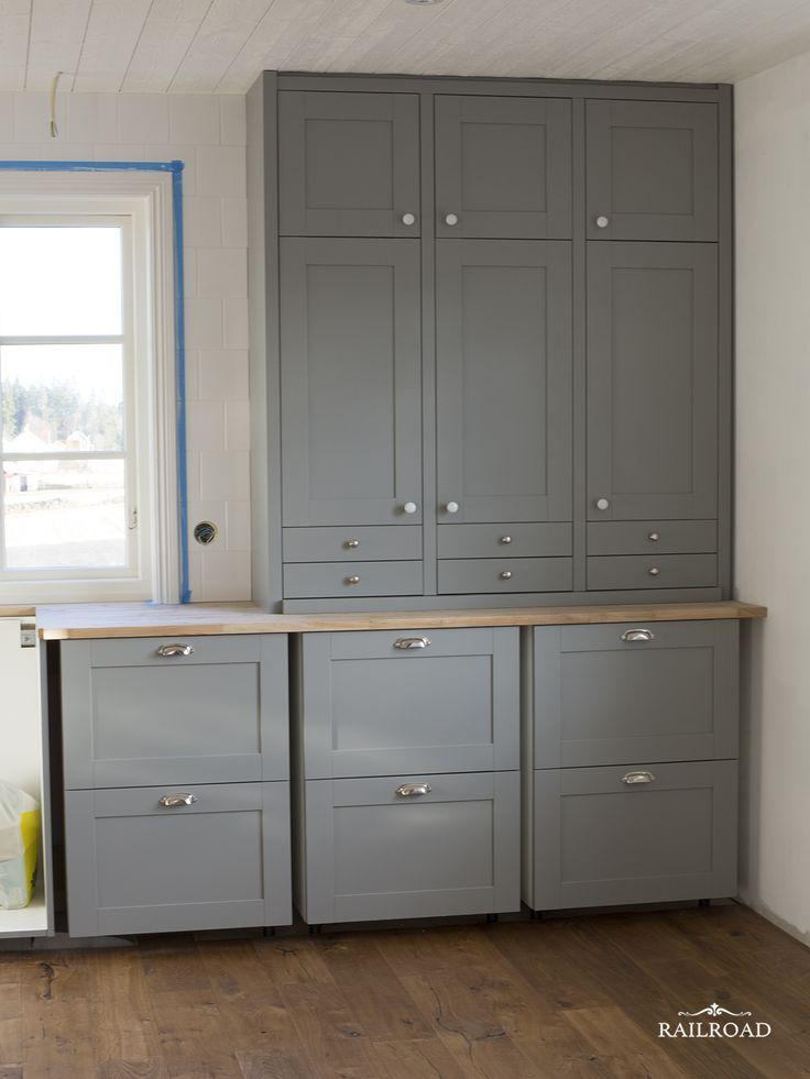 Handmålade Ikea luckor med avstånd mellan för en platsbyggd känsla