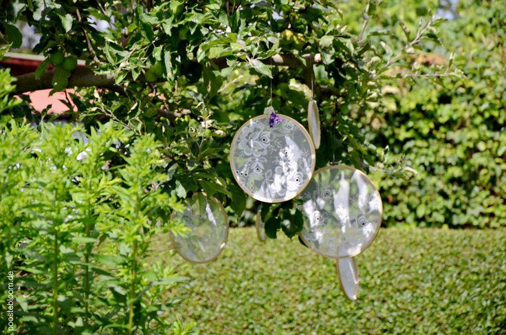 DIY Traumfänger aus Spitzen-Gardinen - Zur Deko für Hochzeit oder Sommerparty im Vintage- oder Boho Style. Ganz schnell zu machen mit einem Stickrahmen.