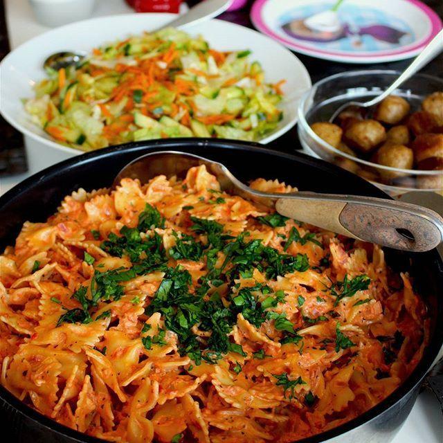 Krämig pasta i en god tomatsås med ost. Du slänger ihop den på max 30 min. Servera pastan som den är med sallad eller med tex köttbullar. Recept hittar du längst upp på bloggens startsida, gå till zeinaskitchen.se❤