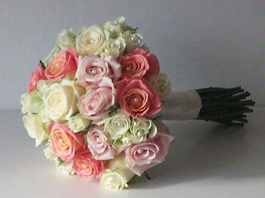 Breda bouqet  Handgebonden boeket met rozen