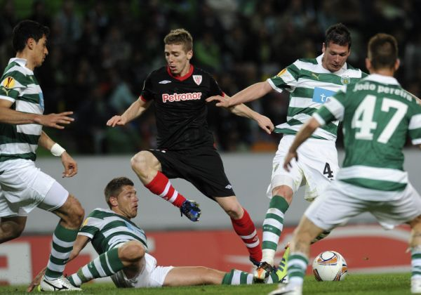 Athletic Bilbao's forward Iker Muniain (C) vies with Sporting Lisbon's players during their UEFA Europa League semi-finals football match at Alvalade Stadium in Lisbon on April 19, 2012.