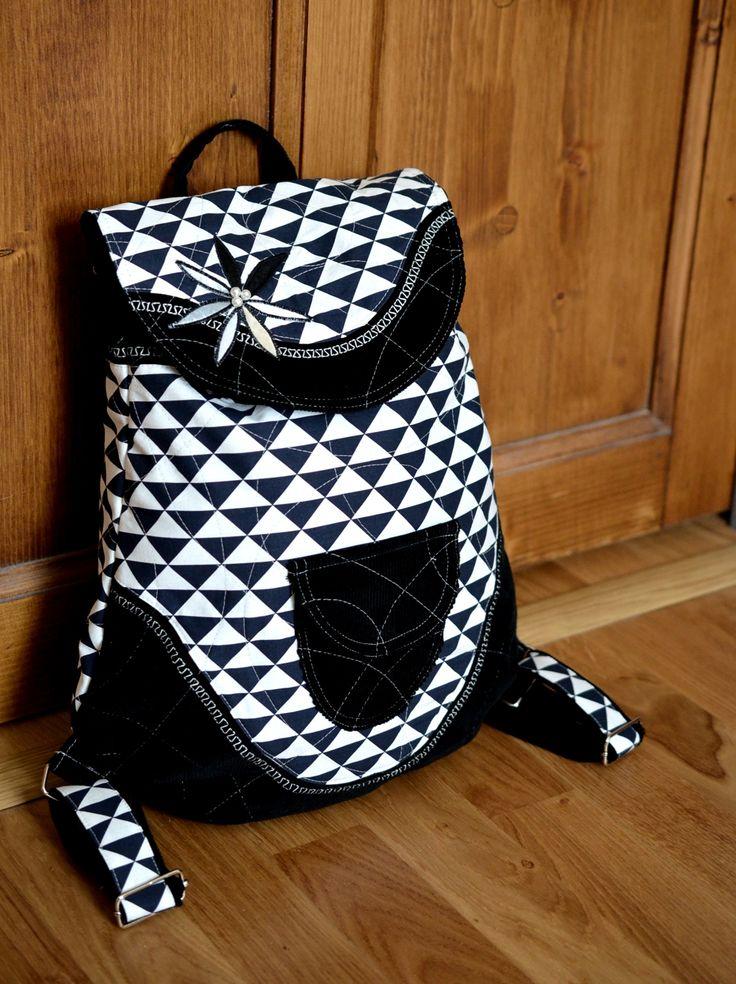 RIGBYbag+no.+17+Manšestrový+černo-bílý+batůžek+trojúhelníkový+je+ideálním+módní+doplňkem+určený+pro+volný+styl+a+Vaše+městské+pochůzky.+Uvnitř+batůžku+je+podšívka,+menší+uzavíratelná+kapsička+na+zip.+Celý+batůžek+lze+stáhnout+šnůrkou+a+uzavřít+na+knoflík+(který+je+rafinovaně+schovaný+pod+klopou+batůžku).+Do+batůžku+se+vlezou+všechny+Vaše+...