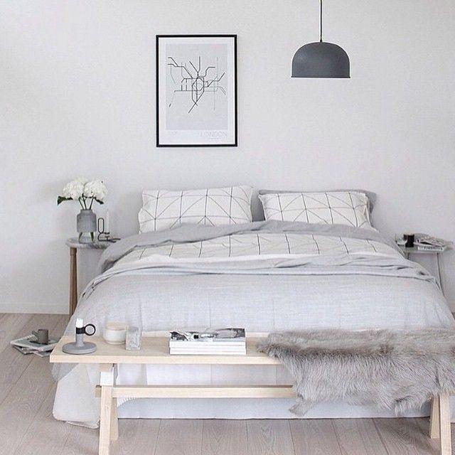 Lichte Scandinavisch gestylede slaapkamer met bankje voor het bed // via The Design Chaser