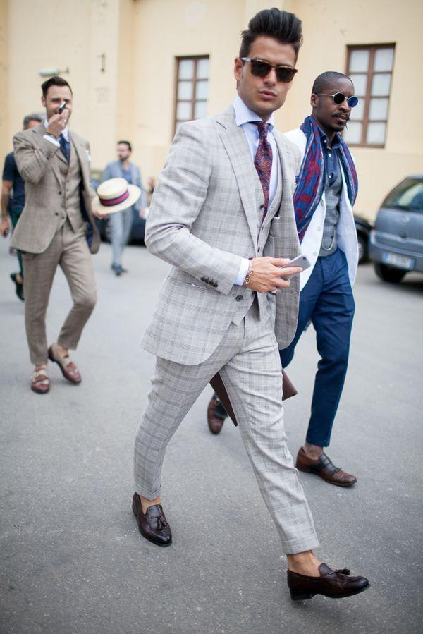 ライトグレーのウィンドウペンチェックのスリーピーススーツが粋。30代アラサー男性におすすめのスーツベスト。