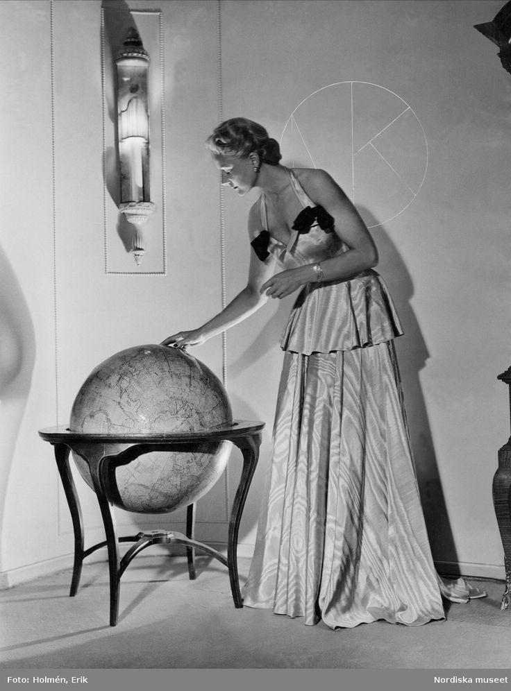 1946. Modell i tvådelad aftonklänning. Foto: Erik Holmén för Nordiska Kompaniet