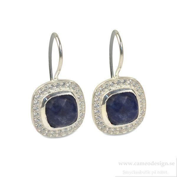 Syster P - CLASSY EARRINGS SILVER LAPIS  Ett par örhängen i sterling silver, från Syster P. En blå Lapis Lasuli med ett band av infattade kubiska zirconer runt om.  Nickelsäkra.
