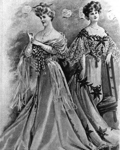 «Зэ Лейдиз Филд», 1903 г. В вечерних туалетах тяжелый атлас юбки скомбинирован с кружевами и тюлем. Декольте и юбка туалета справа украшены вышивкой в виде больших звездообразных цветов.