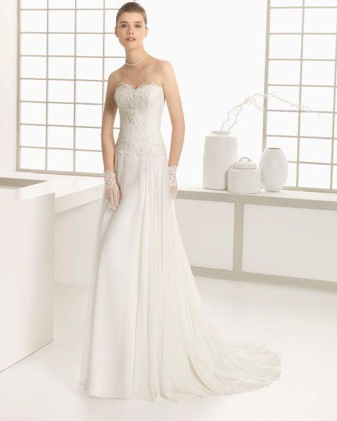 Kleid aus Strass besetzter Chantilly-Spitze und Seidenchiffon, naturfarben. Kleid aus Strass besetzter Chantilly-Spitze und Chiffon, naturfarben.