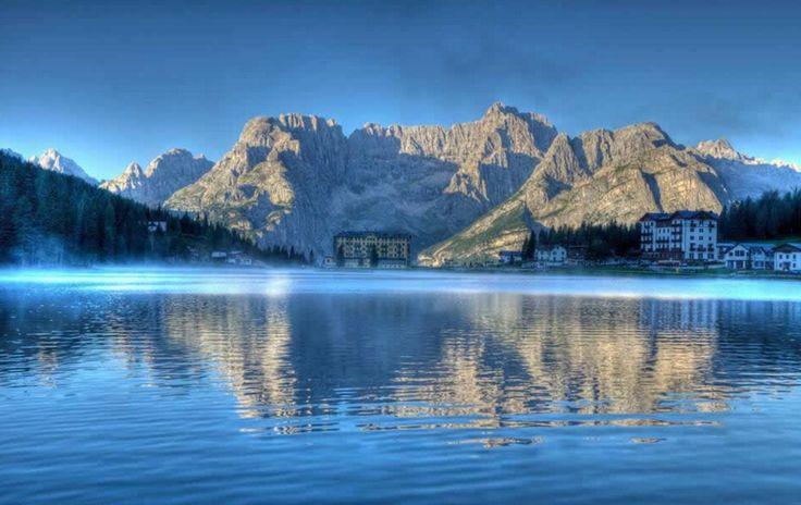Lago de Misurina sob os três picos de Lavaredo! http://www.italydolomites.com/hikes/misurina-lake/ #dolomitas #passeios #viajar #ferias #itália