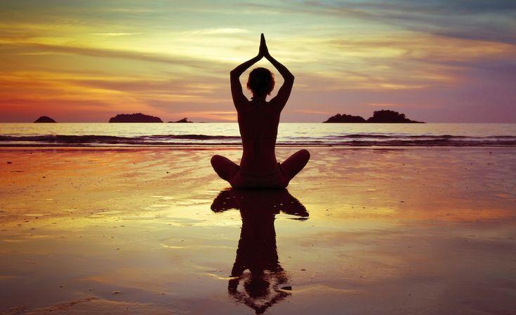 We feel you. Voor luie mensen zoals wij zijn er gelukkig ook yoga-oefeningen die je vanuit het comfort van je eigen bed kunt doen. 1. De 'knie-naar-je-borst'-pose. Deze oefening helpt spanning in je buik en onderrug te verminderen. De naam zegt het eigenlijk al: bij deze oefening lig je op je rug en breng je […]