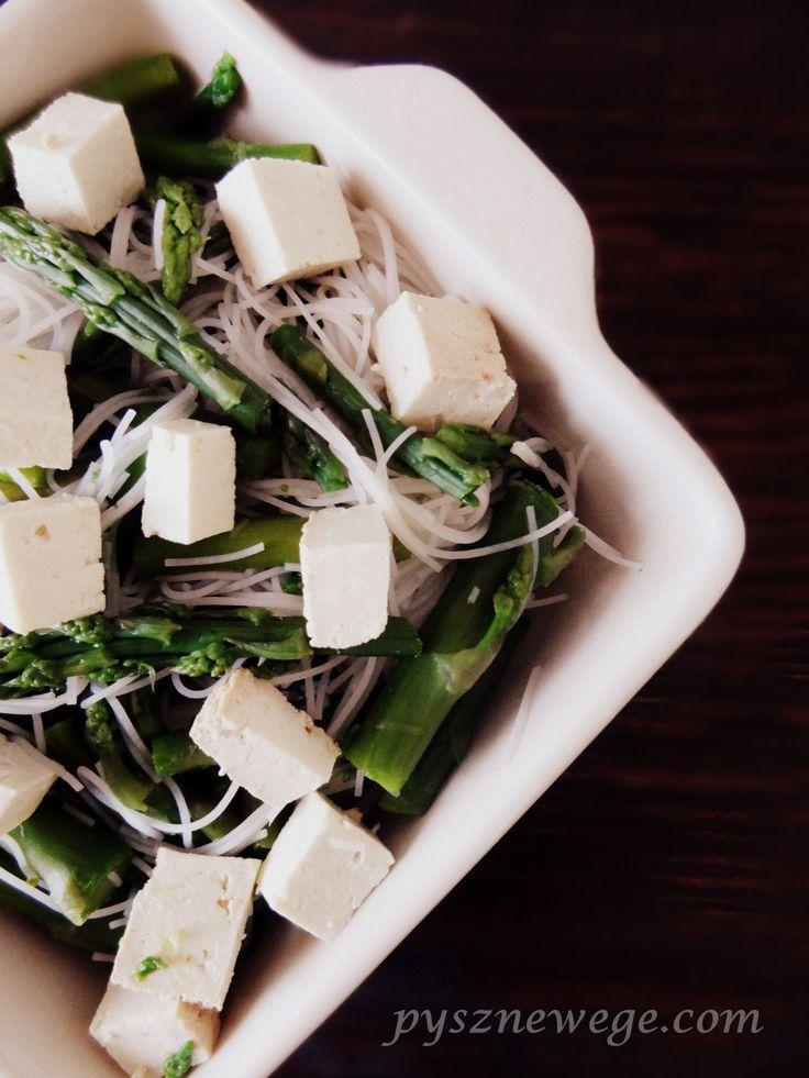 Składniki: pęczek świeżych zielonych szparagów, 100 g makaronu ryżowego, 1 opakowanie tofu wędzonego (POLSOJA), sok z połowy pomarańczy, 1 łyżeczka syropu klonowego, sól, pieprz. Odcinamy przesuszo…