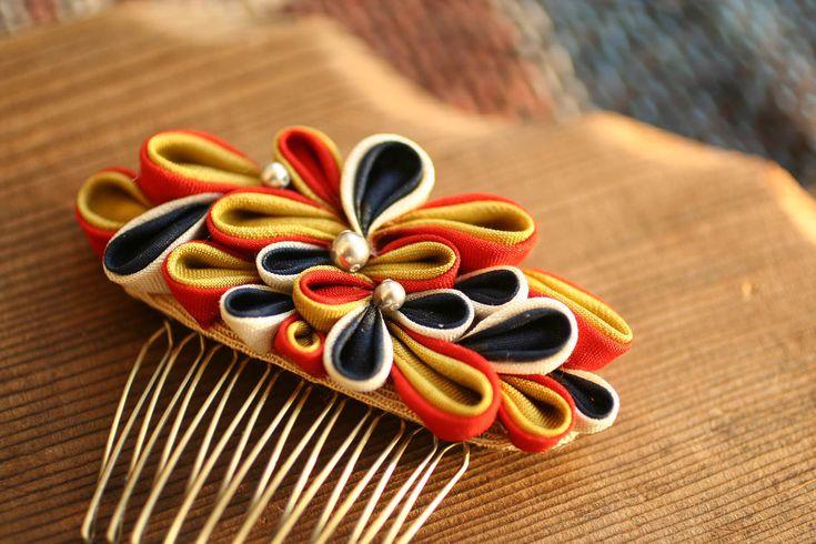 つまみ細工とは… 江戸時代から伝わる伝統工芸品で、薄い絹を正方形に小さく裁断し、一枚一枚ピンセットで摘んで折りたたみ造られる髪飾り。 つまみ簪の伝統工藝師は現在十数人しかいらっしゃらないので、とても貴重な伝統工芸。 HIMEKOのツマミ細工とは… 幅広い年齢層の方にツマミ細工を楽しんで身に着けて頂く為に現代のニーズに応える配色デザイン、オリジナリティを追求しています。  制作者 片倉愛寿美(asumi katakura) 1986年 東京都立川市生まれ 2006年 創造ツマミ簪-HIMEKO- 設立 メディア情報 ●2012 11月中旬発売予定 誠文堂新光社「つまみ細工でできるオシャレな小物~オールシーズンで使える髪飾り・アクセサリー」 ●オフィスエリア51「月刊アレコレvol79」 2011 ●宝島社「おしゃれ年賀状2012」 ●株式会社丸井光文社カレンダー2011 2010 ●国際美容協会「BEAUTY No701」 ●オフィスエリア51「月刊アレコレvol63」 2009 ●ART BOX vol.2「JEWELRY」 ●エフジー武蔵「Nid…