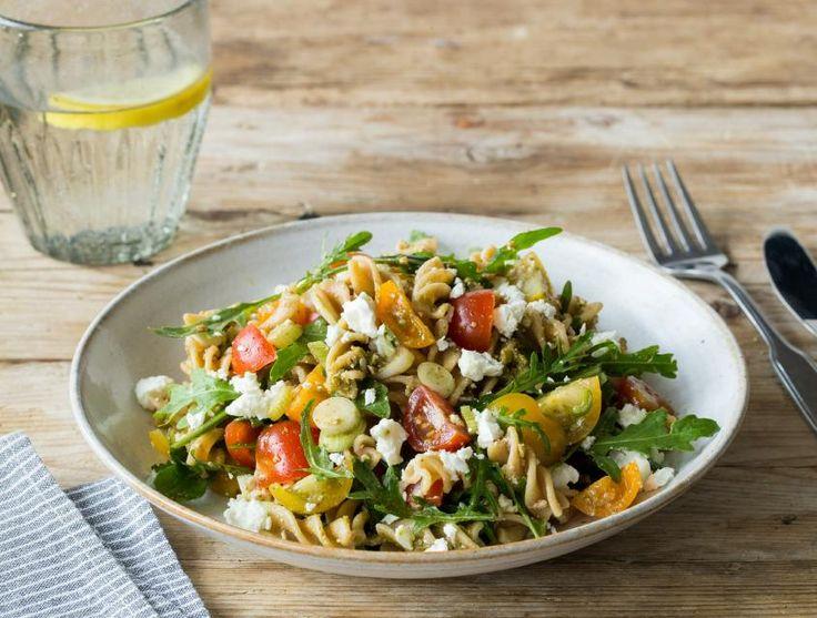 Dit kleurrijke gerecht leent zich perfect voor een warme lentavond. Je kunt deze salade heel gemakkelijk van tevoren maken en meenemen naar buiten. Waan je in het zuiden van Europa door de zoete tomaten, de Italiaanse pesto en de Griekse feta. Wil je het gerecht wat extra pit geven? Voeg dan wat meer lenteui toe!