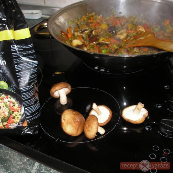 Kínai zöldséges csirke wokban