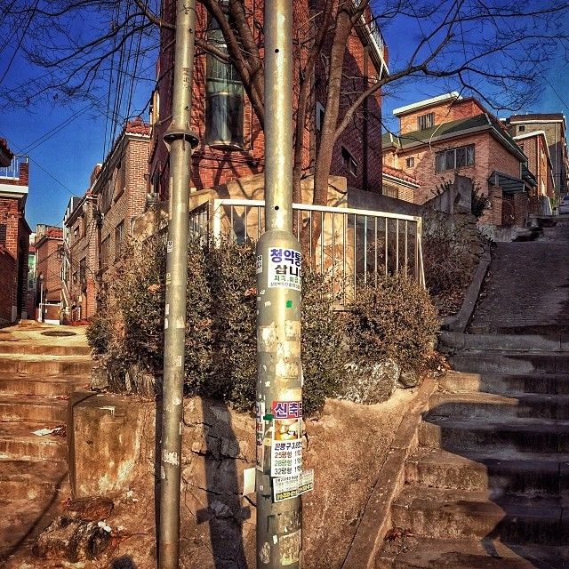 sarafa / #20131224 #iphone5s #seoul #alley #stairs #stairsandsteps #서울 #후암동 #해방촌 #계단 #갈림길 #골목 #주택가 #ソウル #住宅街 #階段 #snapseed / 서울 용산 후암 / #골목 #설비 #비탈 / 2013 12 28 /