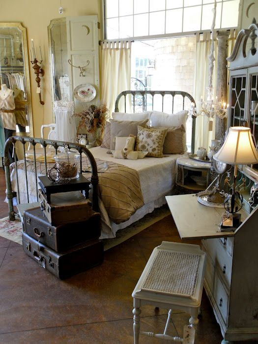 pretty!Shabby Chic, Rustic Decor, Vintage Bedrooms, Decor Bedroom, Shabby Bedrooms, Room 363, Bedrooms Ideas, Iron Beds, Vintage Suitcas