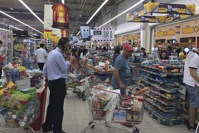 Berita Islam ! Warga Qatar: Kami tak Butuh Produk Arab Saudi... Bantu Share ! http://ift.tt/2saCfIq Warga Qatar: Kami tak Butuh Produk Arab Saudi  QATAR -- Tak lama seelah Arab Saudi menutup satu-satunya perbatasan Qatar pada awal Juni karena perselisihan diplomatik antara negara-negara teluk penduduk di Ibu kota Qatar membanjiri supermaret untuk mencari persediaan makanan. Banyak penduduk yang menimbun produk dari Almarai perusahaan susu yang berbasis di Arab Saudi karena takut terimplikasi…