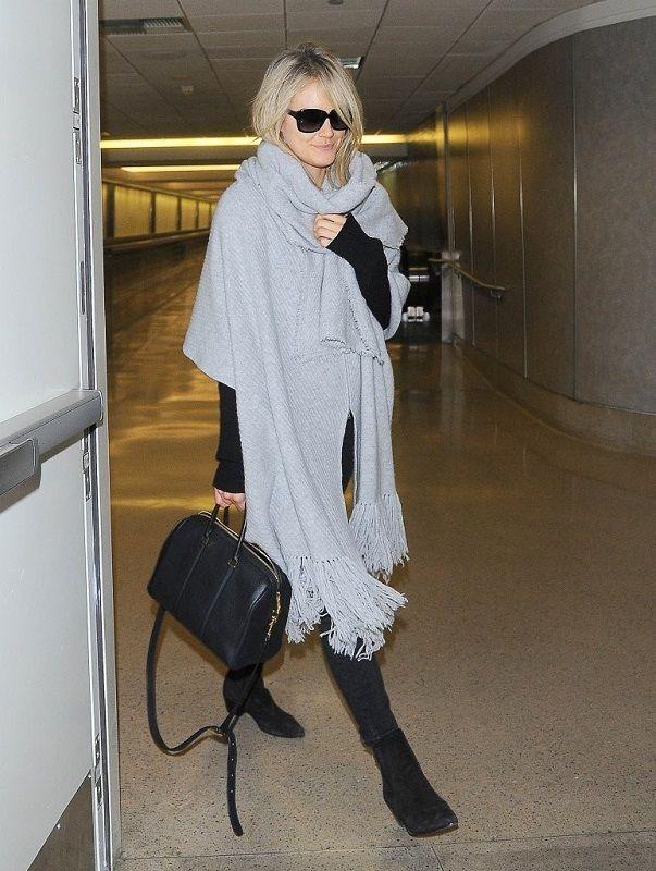 Тейлор Шиллинг закутанная в шаль в аэропорту Лос-Анджелеса 2014