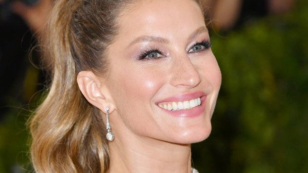 Gisele Bndchen and Her Twin Sister Look Identical in the Model's Sweet Birthday 'Gram