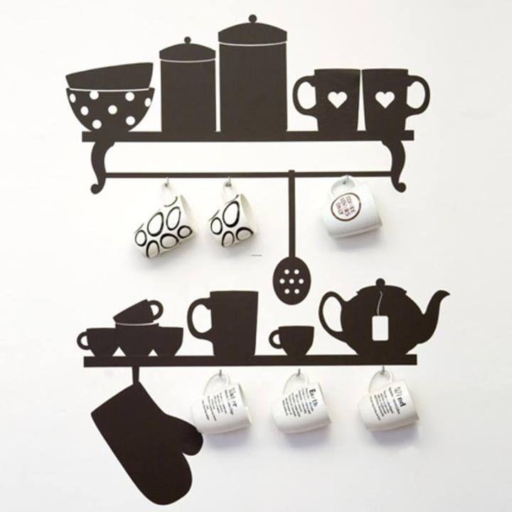 La decoración con vinil está muy de moda en todas las habitaciones de la casa, y la cocina no es excepción. ¿Qué te parece esta idea en la que la decoración en pared sustituye a las repisas?: