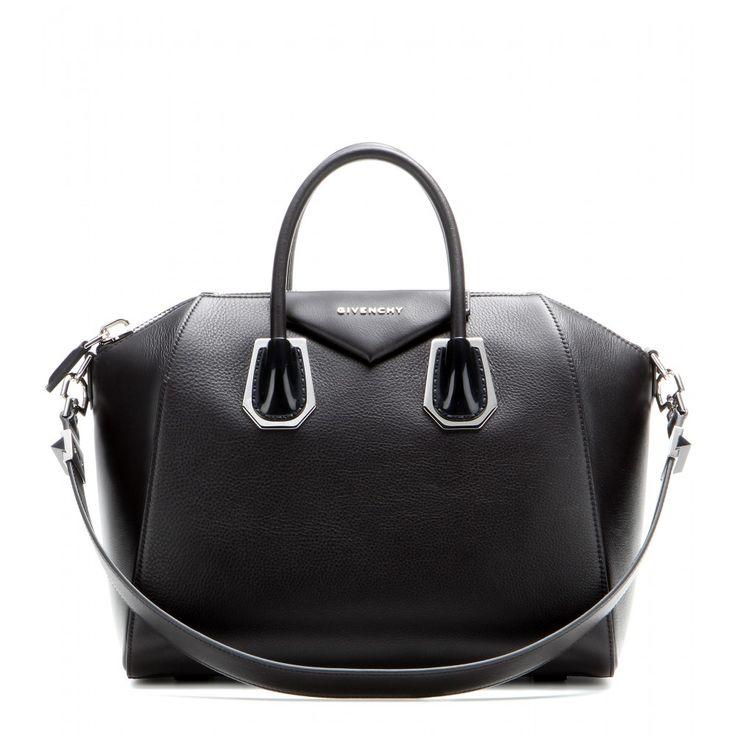 """Givenchy - Tasche Antigona Medium aus Leder - Givenchys beliebte """"Antigona"""" Bag besticht durch ihr zeitloses, cleanes Design, das durch das luxuriöse, hochwertig verarbeitete Leder und die silberfarbene Hardware perfekt zur Geltung kommt und unseren Outfits ein stylishes Upgrade verpasst. Und das geräumige Innere ist optimal für all die Dinge, ohne die wir morgens das Haus nicht verlassen. seen @ www.mytheresa.com"""