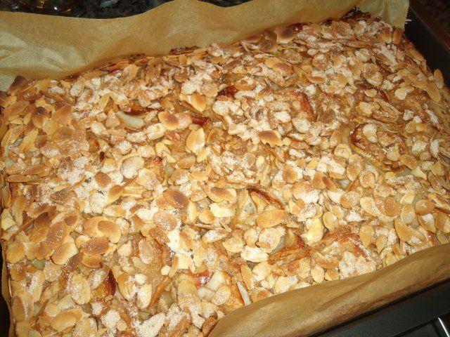 Das perfekte Schwedischer Apfelkuchen vom Blech-Rezept mit einfacher Schritt-für-Schritt-Anleitung: Äpfel schälen, Kerngehäuse ausstechen und in dünne…