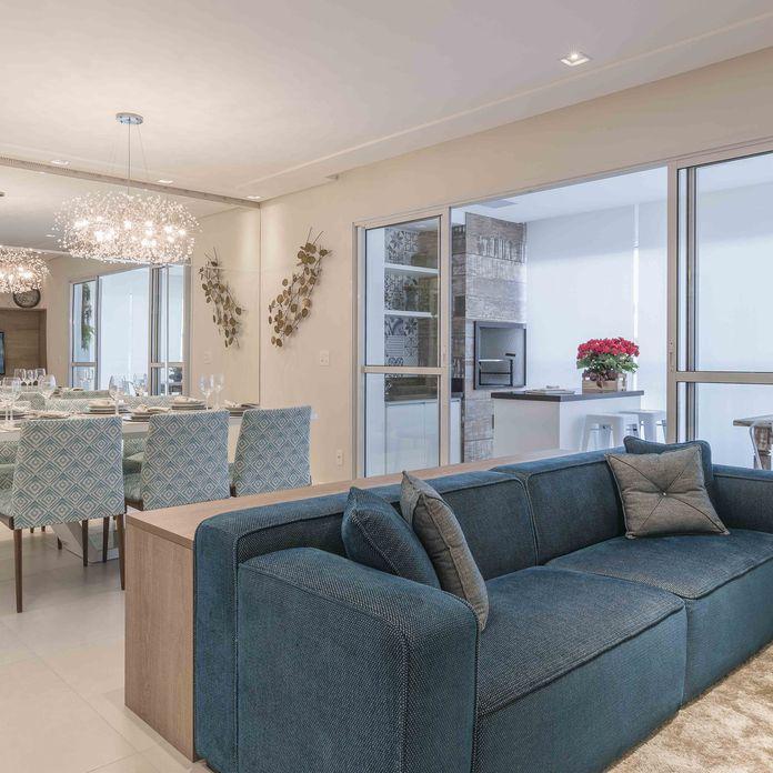 Salas Brancas Integradas com Tons de Azul de Sala de Estar de Idealizzare Arquitetos - Viva Decora