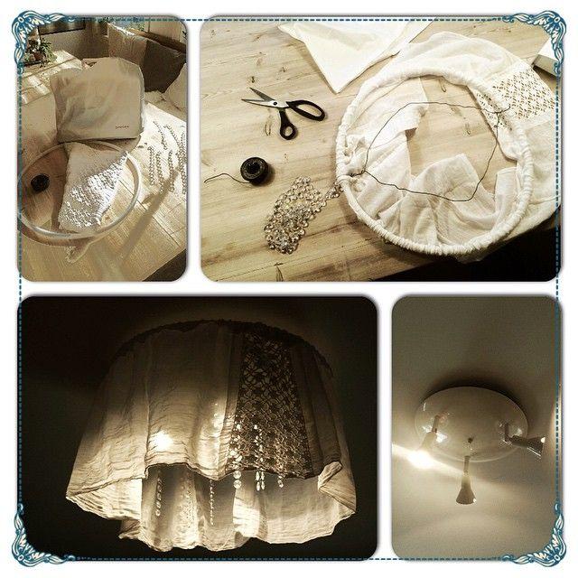 Another boring spotlight-lamp makeover! Stoff, en plastikkring i passelig størrelse, ståltråd, perle-/krystallperler på ståltråd. Jeg sydde stoffet rundt plastikkringen, og tvinnet ståltråd frem og tilbake, hang pynten fra ståltråden og tredde ståltrådlampen rundt spot-lampen #gjenbruk #bruktkupp #lampe #lampeskjerm #lamp #spotlight #spotlamp #lagselv #redesign #recycling #diy #doityourself #dekorere #decor #rom123 #hytteliv #hyttemagasinet #bolig123 #boligpluss #boligplussdiy…