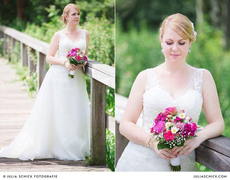 Braut mit Brautstrauß von Blütenzauber Brautkleid von #Pronovias